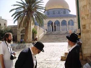 Rabbi Moshe Tendler visting Har Habbyit July 3 2008