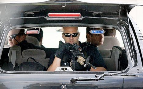 chicago il   obama s secret service draw guns on couple