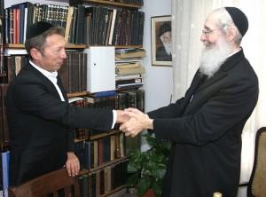Rabbi Natan Tzvi Finkel, the Rosh Yeshiva of the world-famous Mir Yeshiva in Jerusalem, meets with Israeli billionaire Arcadi Gaydamak. (file photo)