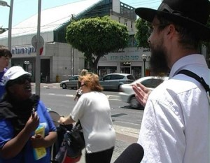 Charedi man arguing with Messianic Jew  Photo: Matan Melekh