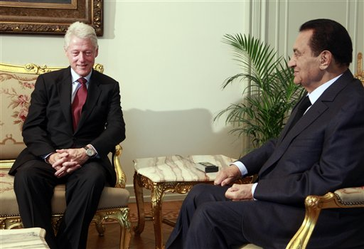 Egyptian President Hosni Mubarak, right, meets with former U.S. president Bill Clinton at the Presidential palace in Cairo, Egypt, Tuesday, Oct. 5, 2010. (AP Photo/Amr Nabil)