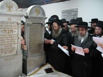 L-R: Rabbi Sholom Eliezer, 15th Avenue Satmar Rav; Yosef Weiss; and the Satmar Rebbe at the graves of the Kedushas Yom Tov and Rebbetzin Chana in the ohel.