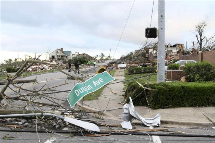 The aftermath of overnight tornadoes show destroyed neighborhoods in Pratt City, a suburb of Birmingham, Alabama, April 28, 2011. Devastating storms and tornadoes raked though the U.S. South, killing at least 185 people as they ripped houses to rubble, flipped cars and uprooted trees and power lines, officials said on Thursday.    REUTERS/Marvin Gentry