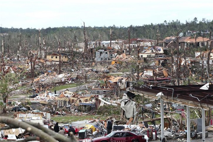 Overnight tornadoes leaves part of Pratt City, a suburb of Birmingham, Alabama, in ruins April 28, 2011. Devastating storms and tornadoes raked though the U.S. South, killing at least 185 people as they ripped houses to rubble, flipped cars and uprooted trees and power lines, officials said on Thursday.    REUTERS/Marvin Gentry