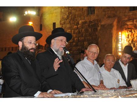Rabbi Lau with Noam Shalit. Giving hope  Photo: Guy Assayag