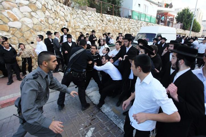 Orthodox Beit Shemesh: In Photos-Video: Charedim, Israeli Police