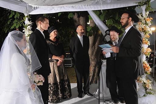 Rabbi Matias Libedinsky at a chuppah ceremony