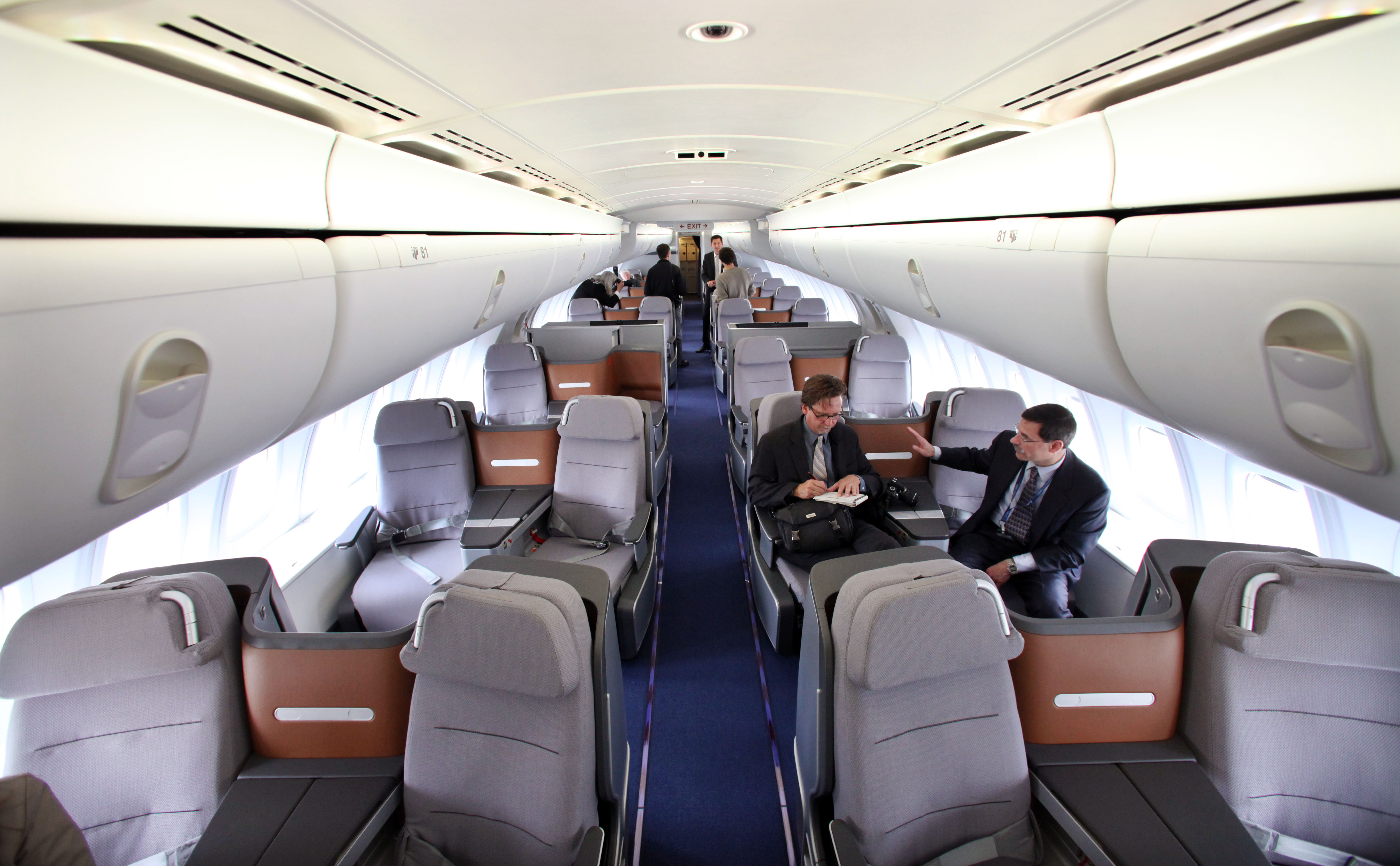 Everett wa new 747 8 jet arrives in frankfurt on 1st flight for Boeing 747 8 interieur