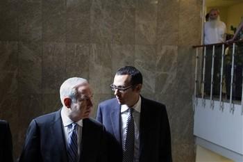 Israeli Prime Minister Benjamin Netanyahu, left, speaks to Cabinet Secretary Zvi Hauser (Photo AP)