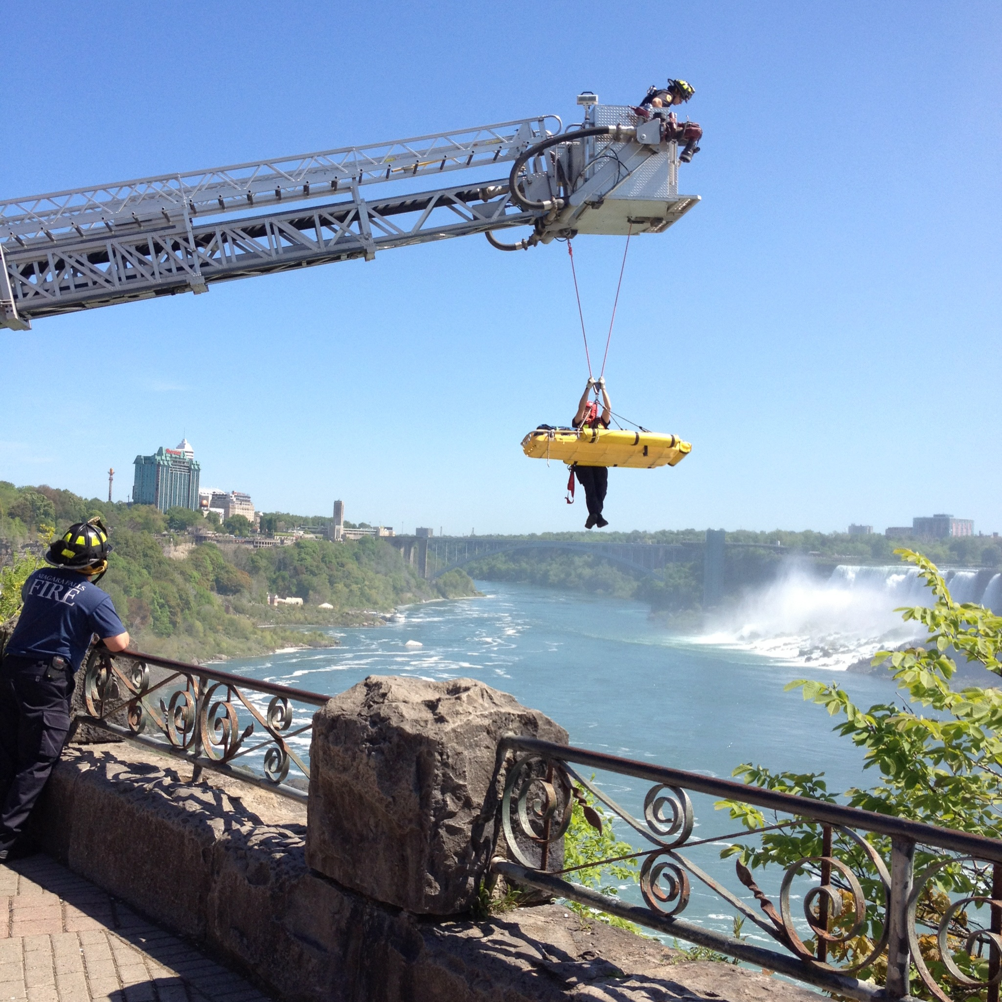 niagara falls men Niagara falls (/ n aɪ ˈ æ ɡ r ə /) is the collective name for three waterfalls that straddle the international border between the canadian.
