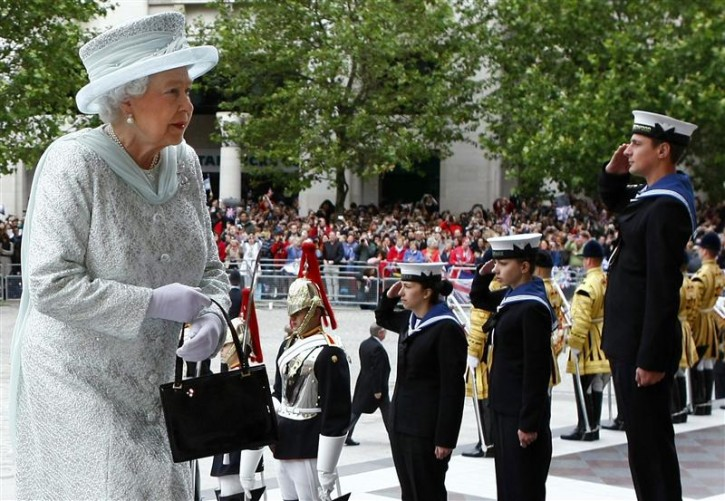 Britain's Queen Elizabeth arrives for a Diamond Jubilee service at St Paul's Cathedral in London June 5, 2012. Four days of nationwide celebrations during which millions of people have turned out to mark the Queen's Diamond Jubilee conclude on Tuesday with a church service and carriage procession through central London. REUTERS/Tim Hales/pool