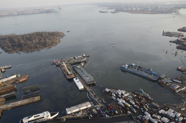Fuel oil discharged from a barge is seen in Kill Van Kull at Mariner's Harbor on Staten Island, New York, December 15, 2012. REUTERS/U.S. Coast Guard/Petty Officer 2nd Class Jetta H. Disco/Handout