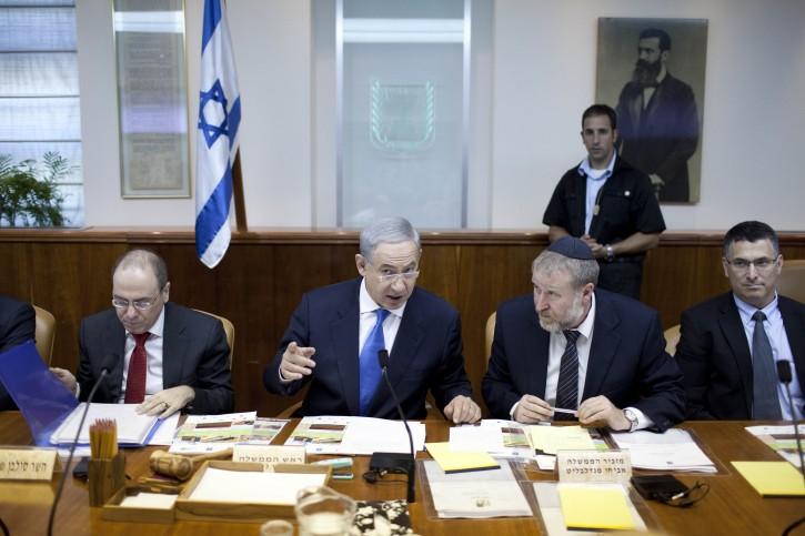 Israeli Prime Minister Benjamin Netanyahu (C) attends the weekly cabinet meeting in his Jerusalem office, Israel, 14 July 2013 . EPA/ABIR SULTAN / POOL