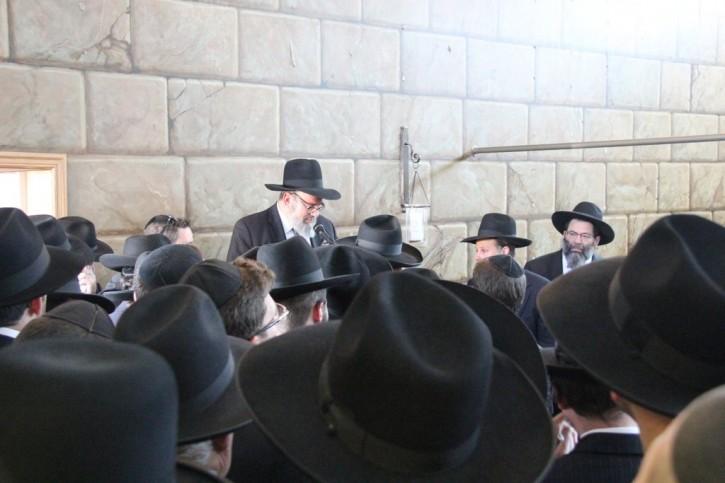 Rabbi Simcha Scholar of Chai Life line at funeral. (Photo: Shimon Gifter-VINnews.com)