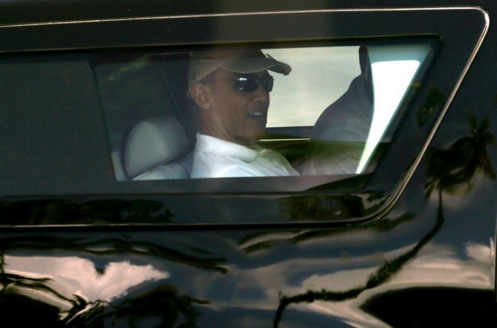 U.S. President Barack Obama departs his vacation home in Kailua, Hawaii December 21, 2013. Obama was on his way to a nearby golf course.   REUTERS/Kevin Lamarque