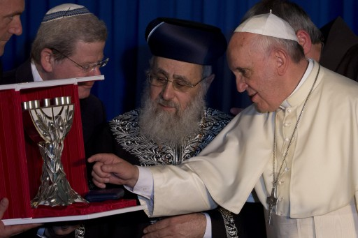 Pope Francis exchanges gifts with Israel Rabbi Yitzhak Yosef, centre) during the meeting of the two religious leaders in Jerusalem, Israel May 26, 2014. EPA