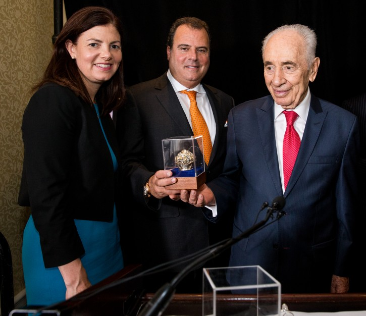President Peres presenting Robert Rechnitz with the US -Israel Advocacy Leadership Award