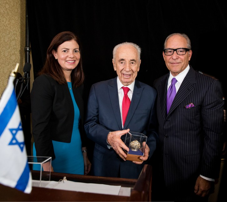President Peres presenting Lee C. Samson with the US-Israel Advocacy Leadership Award