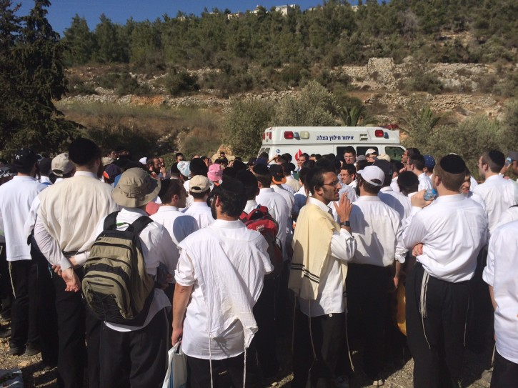 Dozens of volunteers of the search and rescue organization, Zaka, seen helping in the search after the Yeshiva student, Aharon Sofer, on August 25, 2014.  Flash90