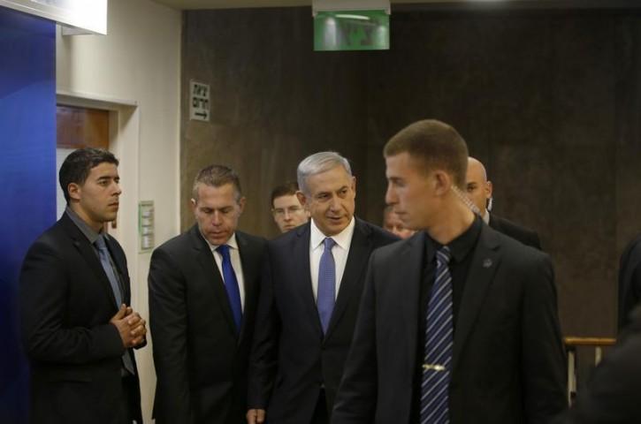 Israel's Prime Minister Benjamin Netanyahu (C) arrives to the weekly cabinet meeting in Jerusalem November 30, 2014. REUTERS/Ronen Zvulun