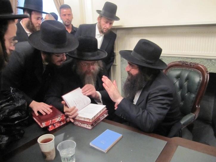 Rav Gelbman is seen with Rabbi Yoshiyahu Yosef Pinto (UTA)