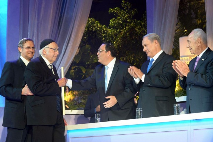 Rabbi Aharon Lichtenstein recieves the Israel prize in literature from then-education minister Shai Piron, as Prime Minister Benjamin Netanyahu, center, and then-president Shimon Peres look on in Jerusalem on May 06, 2014. (Amos Ben Gershom/GPO/Flash90)