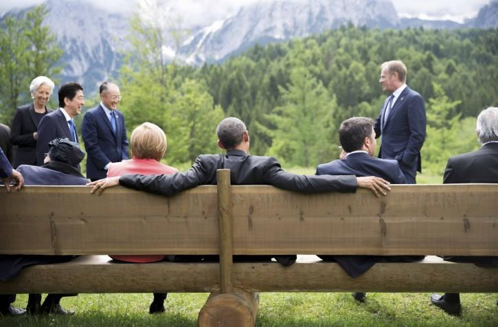 German Chancellor Angela Merkel sits with U.S. President Barack Obama on a bench outside the Elmau castle in Kruen near Garmisch-Partenkirchen, Germany, June 8, 2015. REUTERS/Michael Kappeler/Pool