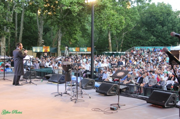 Yanky Lemmer performs at central park concert on June 16, 2015 (Shimon Gifter/VINnews.com)