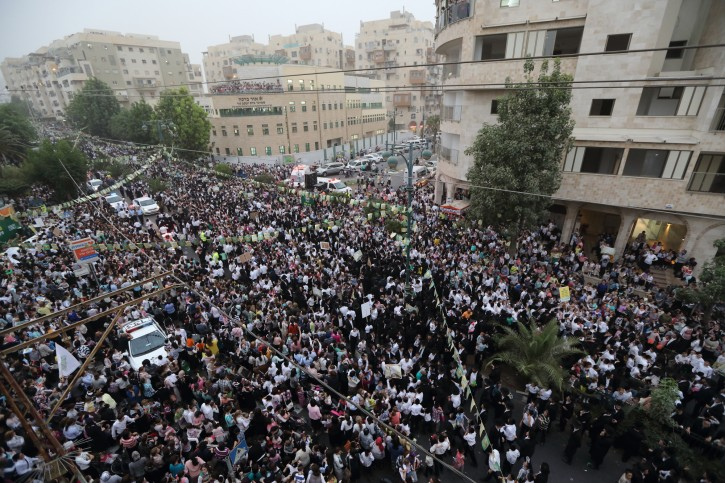 Thousands of people take part at a parade in honor of farmers and farm workers who fully observed the laws of the Sabbatical shmita year, which ends on Sunday night as Rosh Hashana begins, in the Ultra orthodox city of Bnei Brak on September 9, 2015. Photo by Yaakov Naumi/Flash90