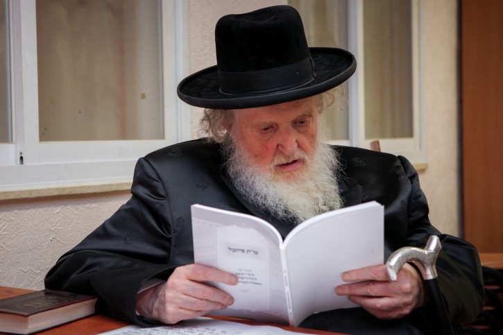 "FILE - Rabbi Moishe Sternbuch take part at a "" Prozbul ceremony "" in the Ultra orthodox jewish neighborhood of Mea Shearim, Jerusalem on September 8, 2015. Flash90"
