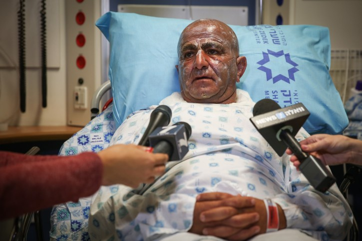 Moshe Chen, the Israeli police officer who was injured in an attempted suicide bombing near Ma'ale Adumim, speaks with media at the Shaarei Tzedek Hospital in Jerusalem, on October 11, 2015. Photo by Hadas Parush/Flash90