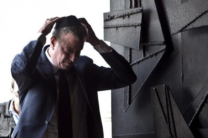 FILE - New York City Mayor Bill de Blasio visits Yad Vashem Holocaust Memorial in Jerusalem October 18, 2015. REUTERS/Nir Elias