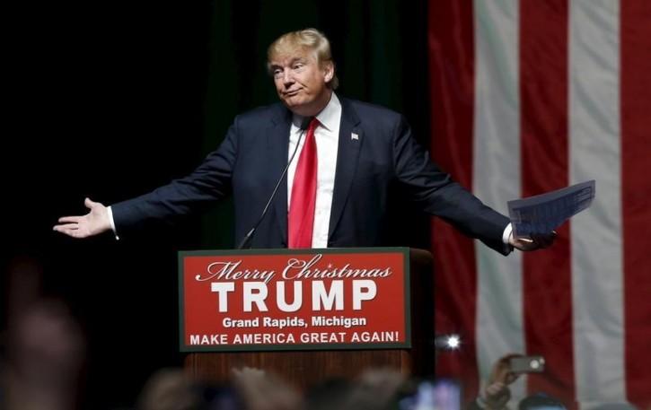 U.S. Republican presidential candidate Donald Trump addresses the crowd during a campaign rally in Grand Rapids, Michigan, December 21, 2015. REUTERS/Rebecca Cook