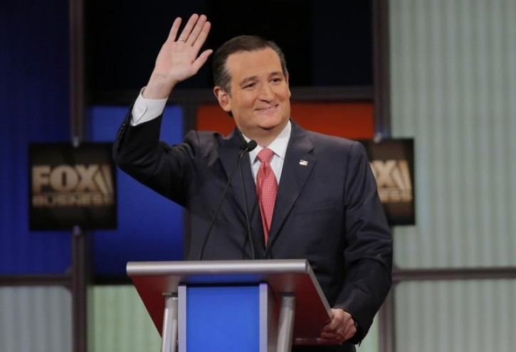 Republican U.S. presidential candidate Senator Ted Cruz waves to the crowd at the Fox Business Network Republican presidential candidates debate in North Charleston, South Carolina, January 14, 2016. REUTERS/Chris Keane