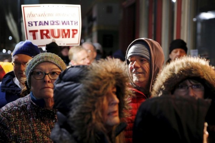 A crowd waits in line in hopes of seeing Republican U.S. presidential candidate Donald Trump during an appearance on MSNBC's Morning Joe cable television show at Java Joe's CoffeeHouse in Des Moines, Iowa, January 15, 2016. REUTERS/Scott Morgan