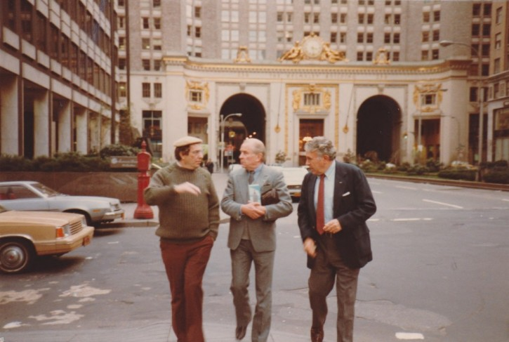 (L-R:) Rabbi Ronnie Greenwald, East German spymaster Wolfgang Vogel and Congressman Benjamin Gilman in New York in 1978 (Hamodia)