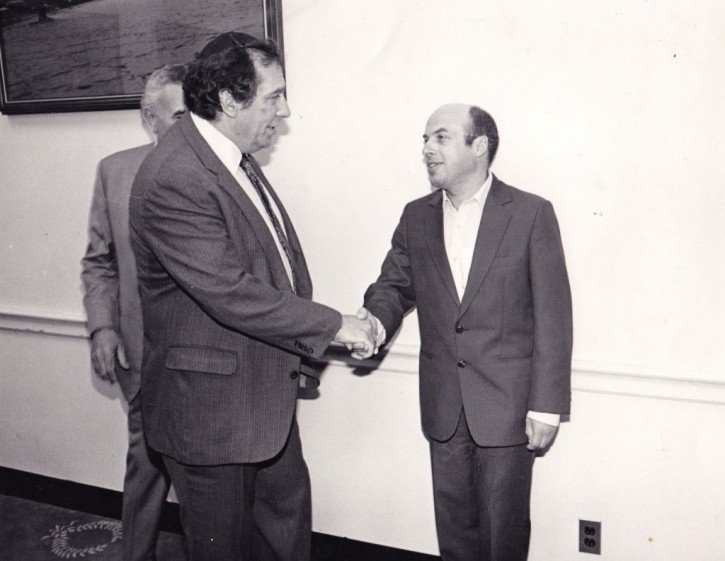 Rabbi Ronnie Greenwald shaking hands with Natan Scharansky, with Congressman Benjamin Gilman in the background. (Hamodia)