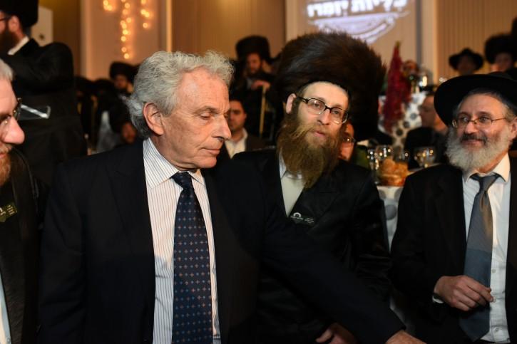 (R-L) Philanthropist Ronald Sedley, Kidney donor Naftuli Green, Rabbi Chaim Steinmetz director of Renewal<br />