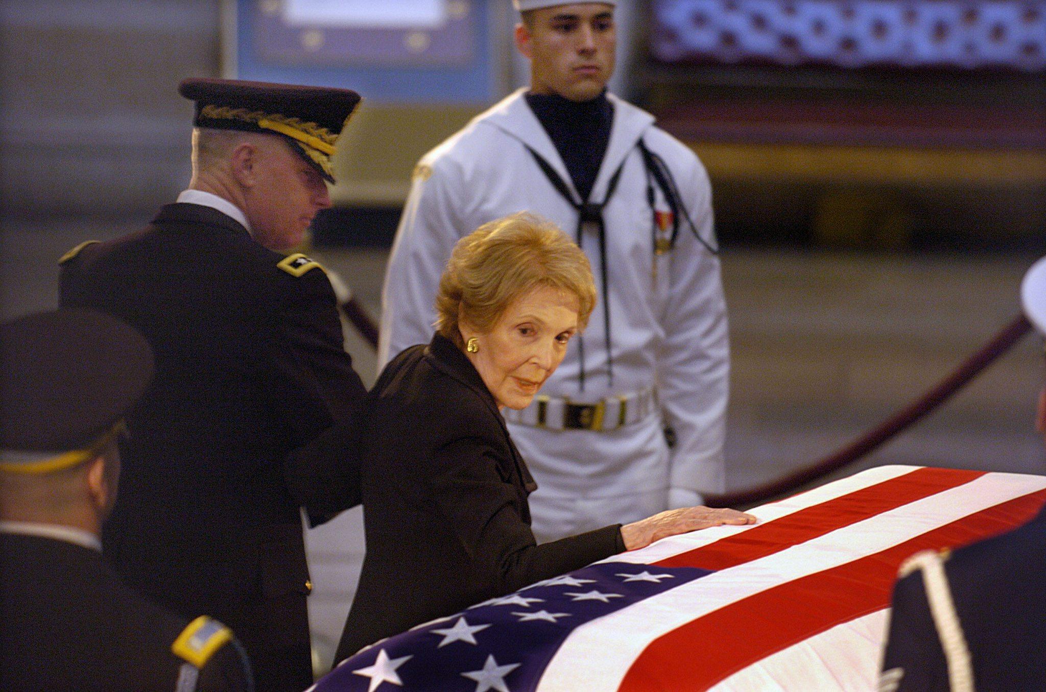 Nancy Reagan presented American flag at President Reagan/'s funeral Photo Print