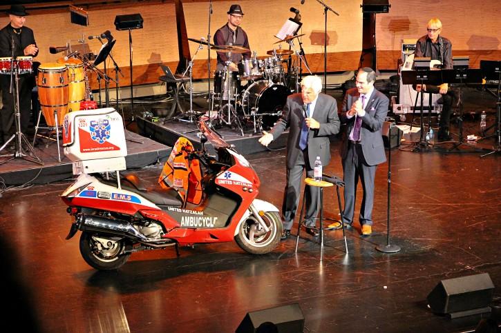 Comedian Jay Leno and United Hatzalah founder, Eli Beer at a fundraiser for the Israeli EMS service United Hatzalah in New York, April 10, 2016. (Yadin Goldman)