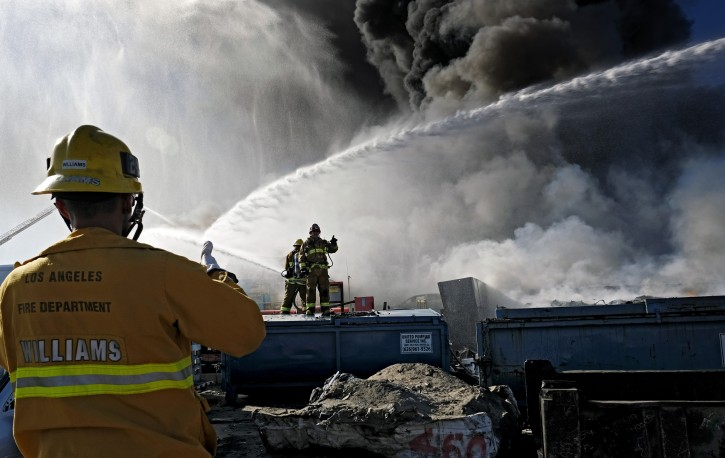 Los angeles ca fire at la junkyard sends huge black for Motor city auto wrecking los angeles ca