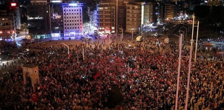 Supporters of Turkish President Tayyip Erdogan gather on Taksim square in Istanbul, Turkey, July 16, 2016. REUTERS/Alkis Konstantinidis