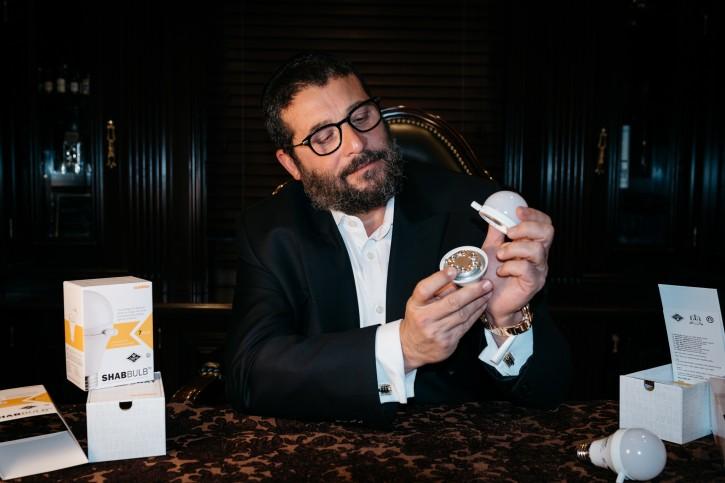 Morty Kohn, Owner of Brooklyn based Sunlite Lighting demonstrating his newly-invented Shabbat bulb on Sep. 27, 2016  (Eli Wohl/VINnews.com)