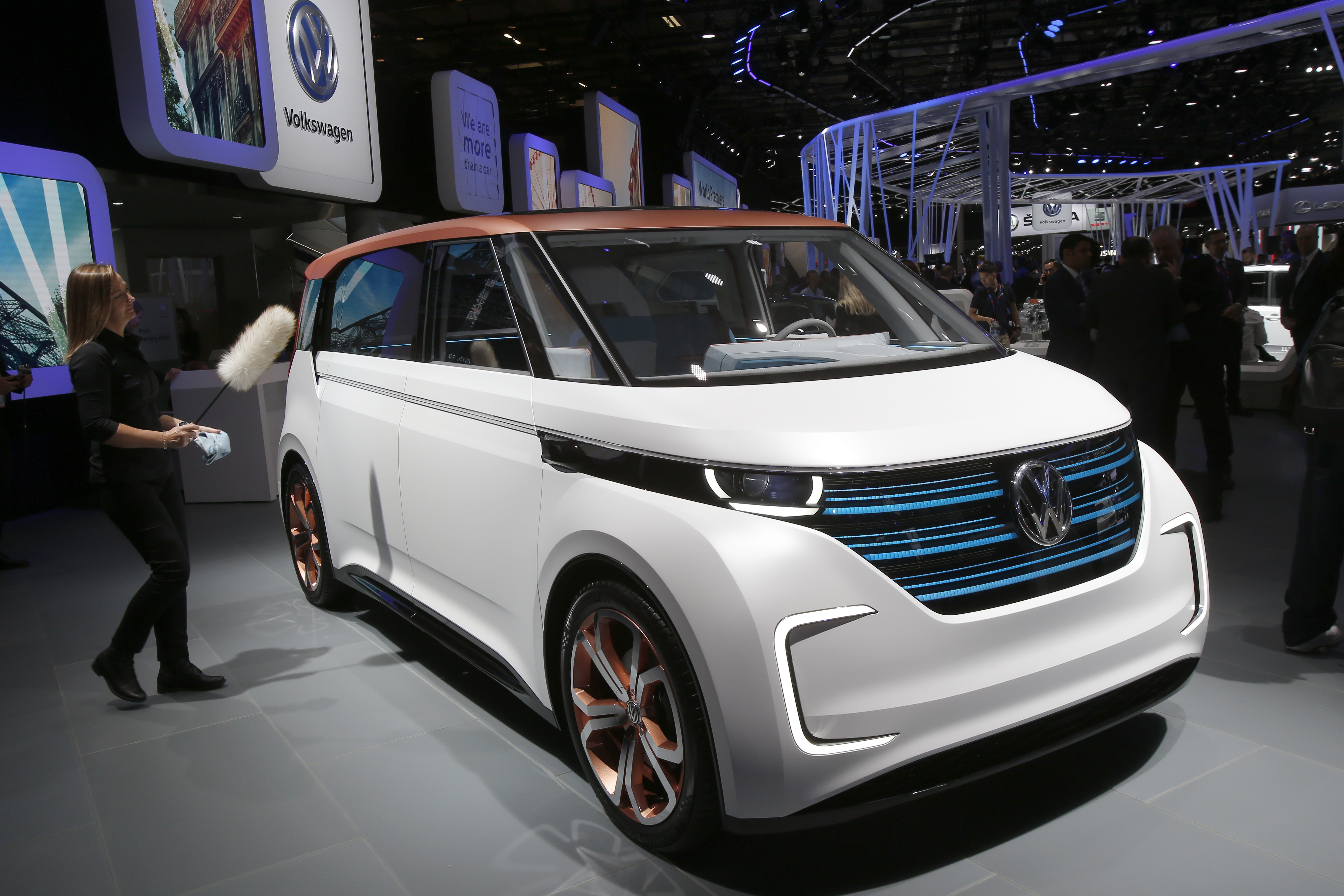 paris automakers show off electric cars at paris show. Black Bedroom Furniture Sets. Home Design Ideas