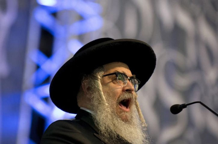 FILE - Grand Rabbi Aaron Teitelbaum speaks at a mass gathering of Satmar Hasidic Jews in the Brooklyn borough of New York December 2, 2015. Reuters