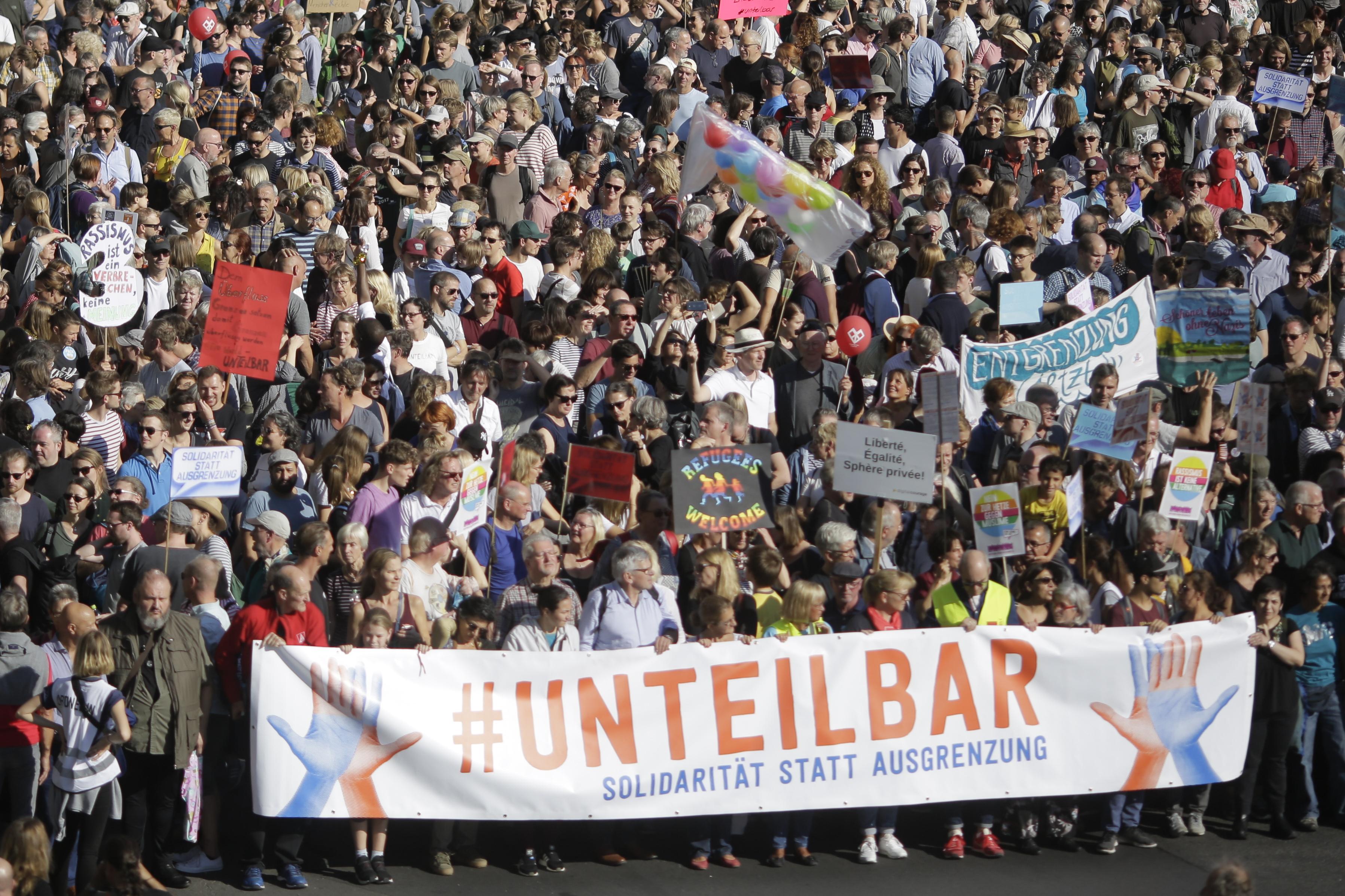 germany hundreds of thousands in berlin protest racism discrimination. Black Bedroom Furniture Sets. Home Design Ideas