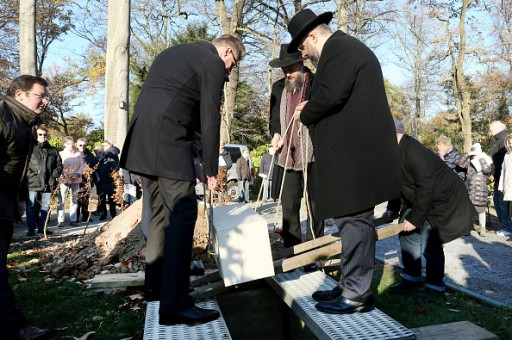 Chief Rabbi David Geballe (r) and other members of the congregation bury an unused Torah roll and consecrate a new Jewish cemetery. The new cemetery of the Jewish community Duisburg-Mülheim-Oberhausen had become necessary after the Jewish cemetery in Mülheim, which had been used until then, had reached its limits. Photo: Roland Weihrauch/dpa (Photo by Roland Weihrauch/picture alliance via Getty Images)