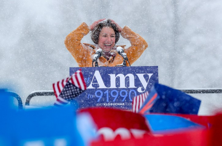 U.S. Senator Amy Klobuchar brushes snow from her hair after announcing her candidacy for the 2020 Democratic presidential nomination in Minneapolis, Minnesota, U.S., February 10, 2019.  REUTERS/Eric Miller