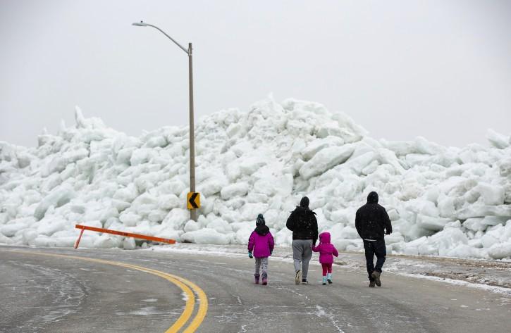 Buffalo, NY – Photos – Ice Boom: High Winds Cut Power, Inundate Lake Erie Shoreline