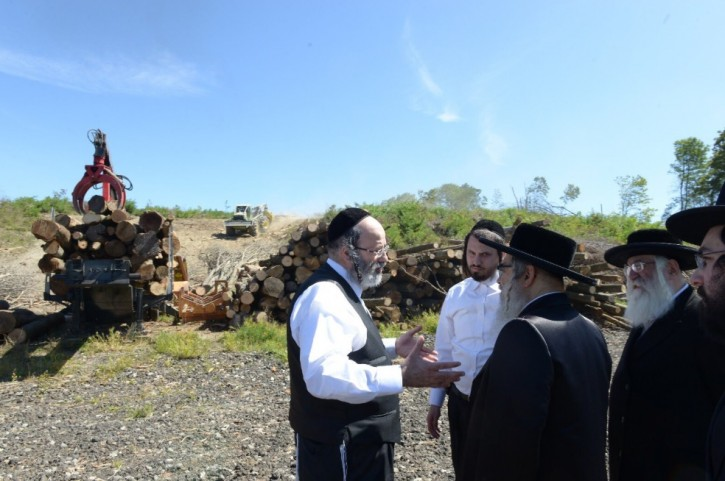 Satmar Rebbe, Aaron Teitelbaum visiting a construction site in Palm Tree where a planned 1800 new housing is set